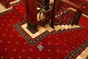 moquette-elegante-rouge-or-luxe-grand-hotel-rideaux-blason-belle-palace-classique